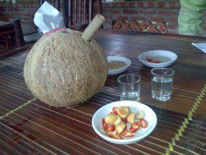 Thưởng thức rượu dừa tại Nhất Lâm Thủy Trang Trà Đà Nẵng